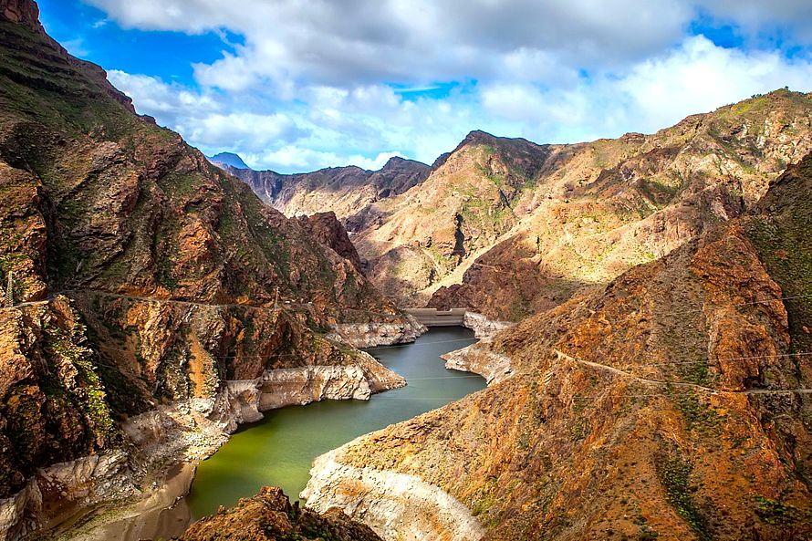 Jedna z veľkolepých priehrad vysoko v horách, zadržujúcich dažďovú vodu. Umelé nádrže napájajú vodovody a voda z nich slúži aj na zavlažovanie.  (Foto: archív)