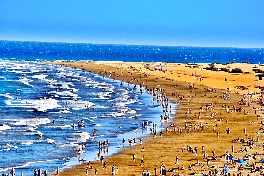 Ročne sa vo vodách Atlantického oceána okúpu tri milióny návštevníkov Gran Canarie. (Foto: archív)