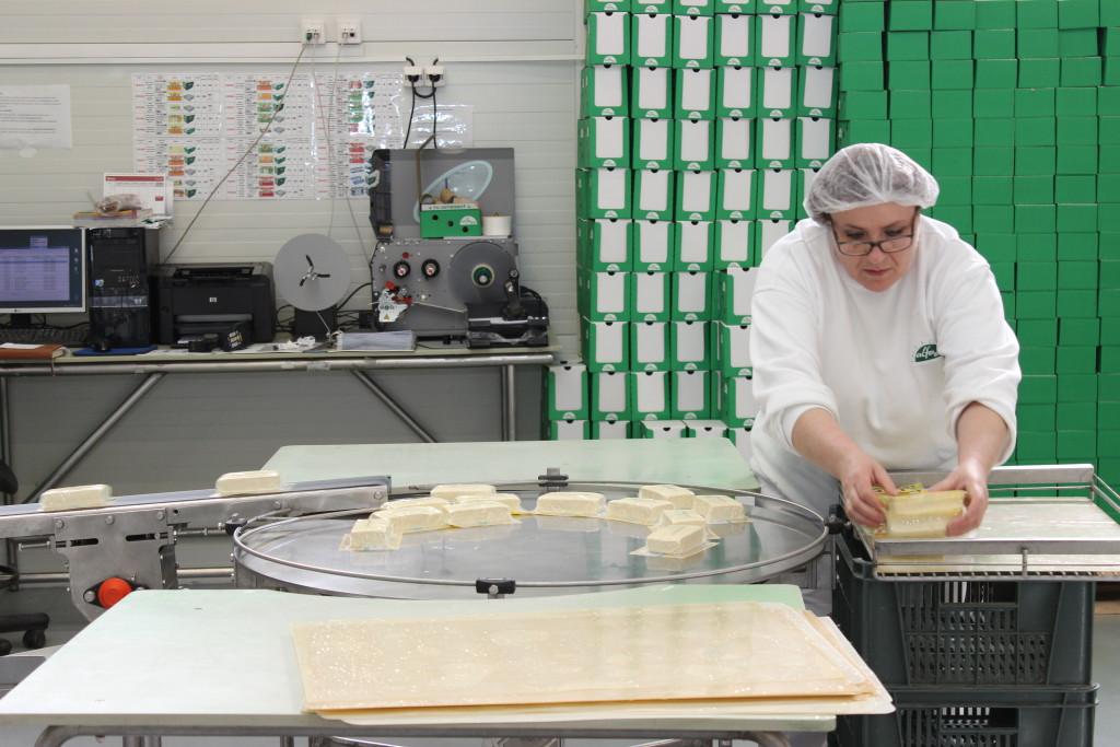 Finálna fáza výroby - balenie tofu. Odtiaľto putuje vkartónoch do obchodov. (Foto: Michaela Kolimárová)