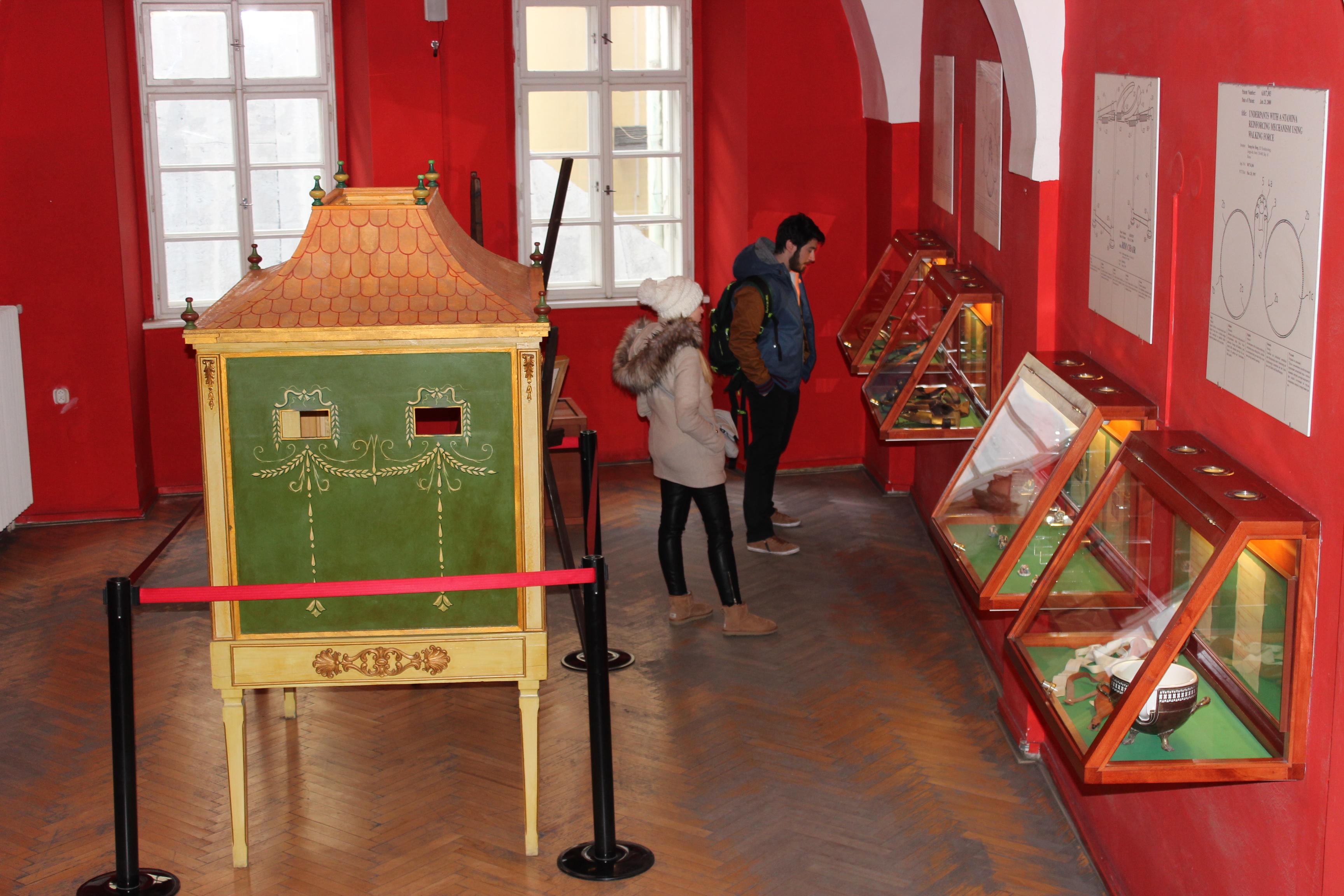 Návštevníci často prichádzajú obdivovať muzeálne exponáty v pároch.