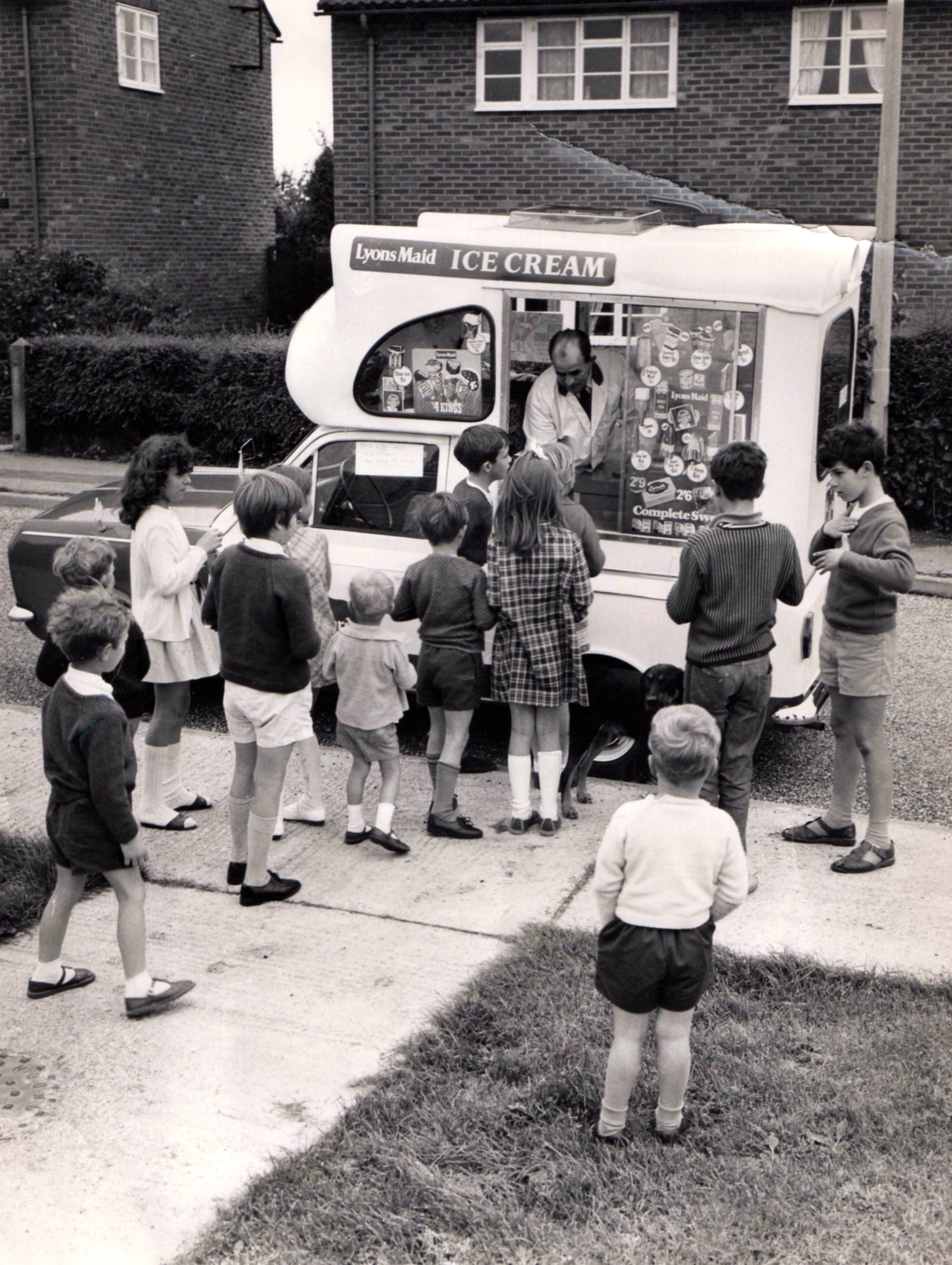 Pouličný predaj zmrzliny v 60. rokoch  v anglickom Cambridge. ( Foto: archív)