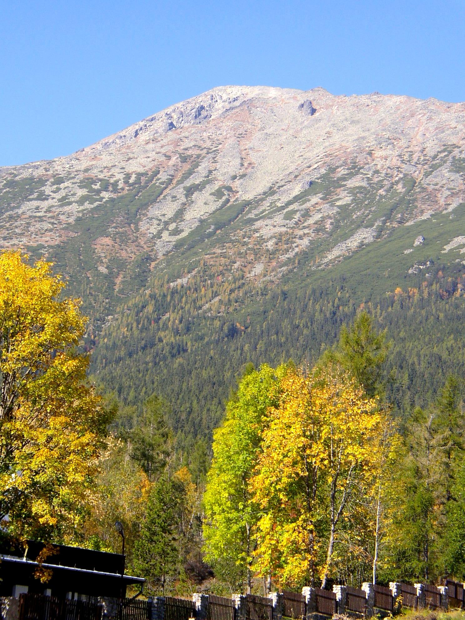 Pohľad na Slavkovský štít zo Starého Smokovca, pred dávnym zemetraseními najvyšší štít Vysokých Tatier.