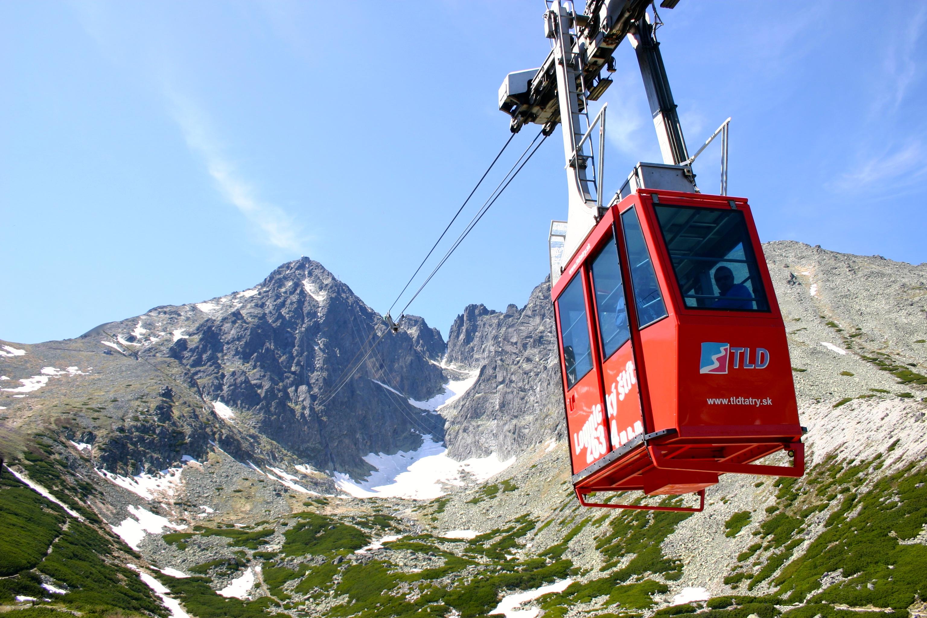 Kabínková lanovka na Lomnický štít - jedna z najväčších turistických atrakcií Vysokých Tatier.