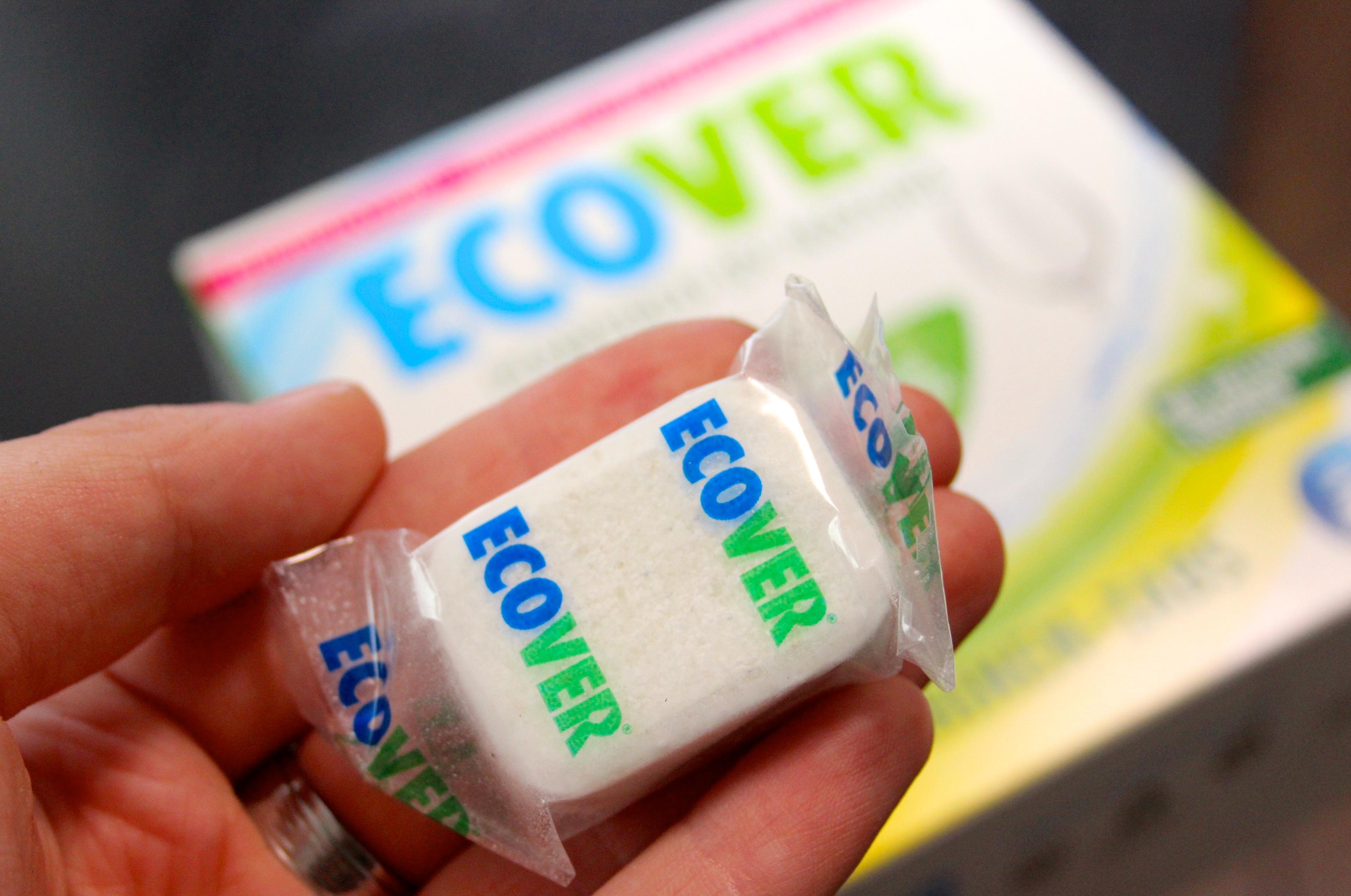 V tabletách do umývačky od ecoveru nenájdete žiadne fosfáty ani iné škodlivé chemikálie, ktoré v bežných čistiacich prostriedkoch zostávajú po umytí na riade. ( Foto: Michaela Kolimárová).
