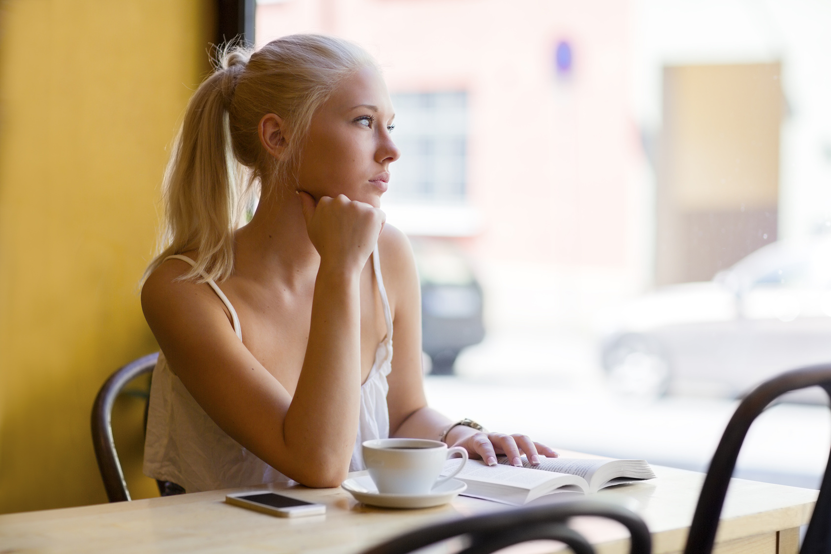 Красивые фото девушек в кафе