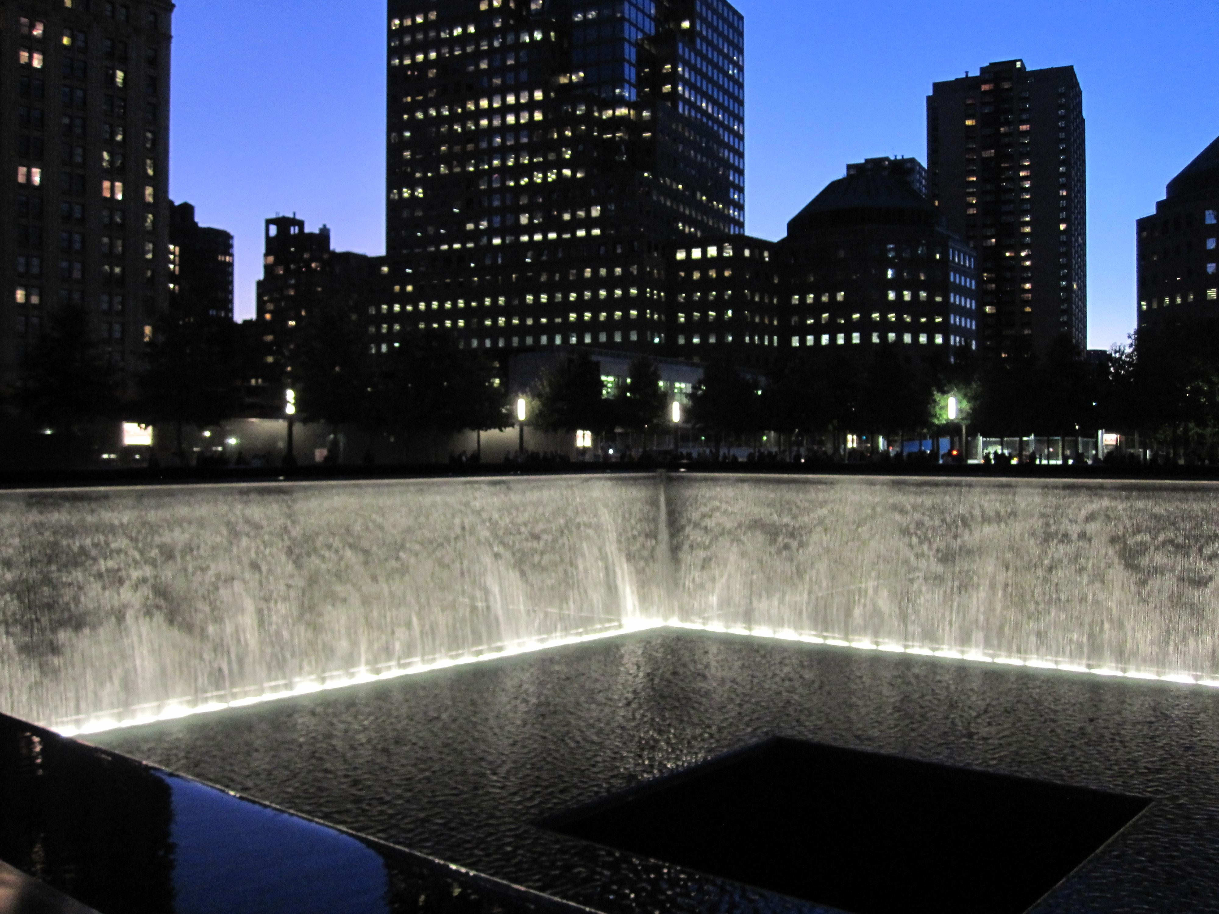 Na mieste pôdorysov veží WTC sú dnes vybudované megafontány v podobe nádrží s padajúcou vodou a menami obetí na obrubách. (Foto: Pavel Kapusta)