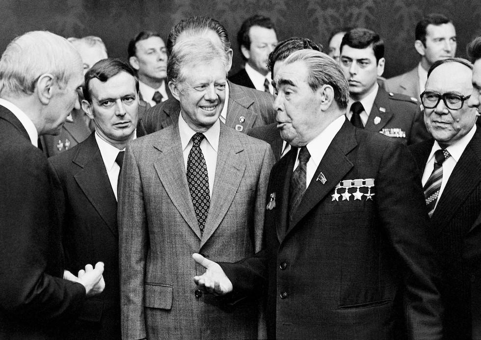 Archívna fotografia: americký prezident Jimmy Carter na rokovaní so sovietskym lídrom Leonidom Iľjičom Brežnevom. (Foto archív)