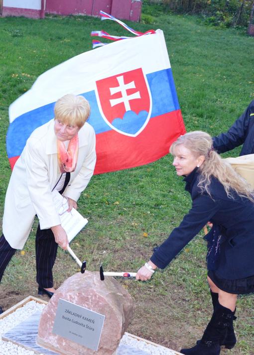 Poklepávanie základného kameňa. (Foto: archív)