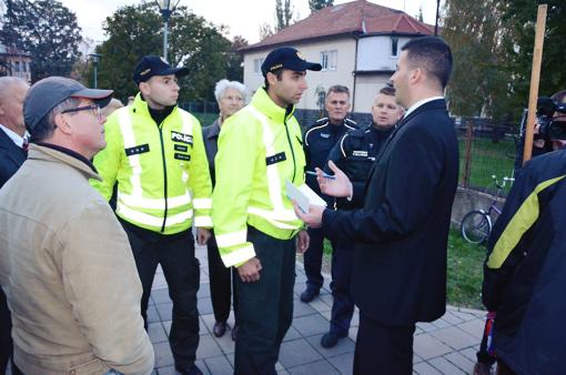 Predseda Slovenského hnutia obrody Róbert Švec, ktorého predstavitelia sa tiež zúčastnili slávnosti, vyzýva policajtov, aby si konali svoju povinnosť a proti skupine narúšajúcej pokojnú slávnosť zakročili. (Foto: Pavol Privalinec)