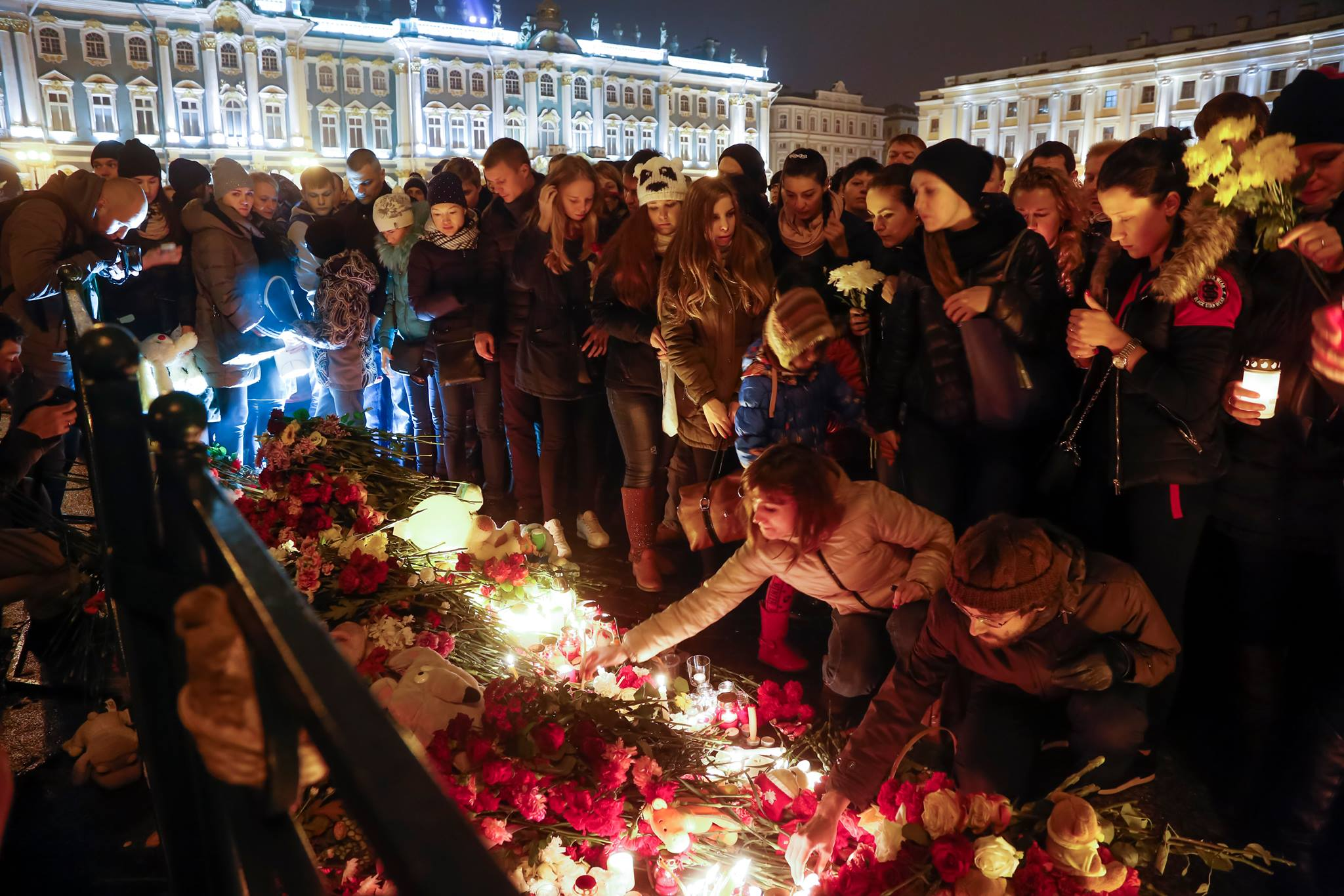 Prvými obeťami nekompromisného boja Ruska s teroristami z Islamského štátu sú nevinní cestujúci Airbusu A 321. V centre Petrohradu za nimi smútia ich blízki a ďalší obyvatelia mesta. (Foto: archív)