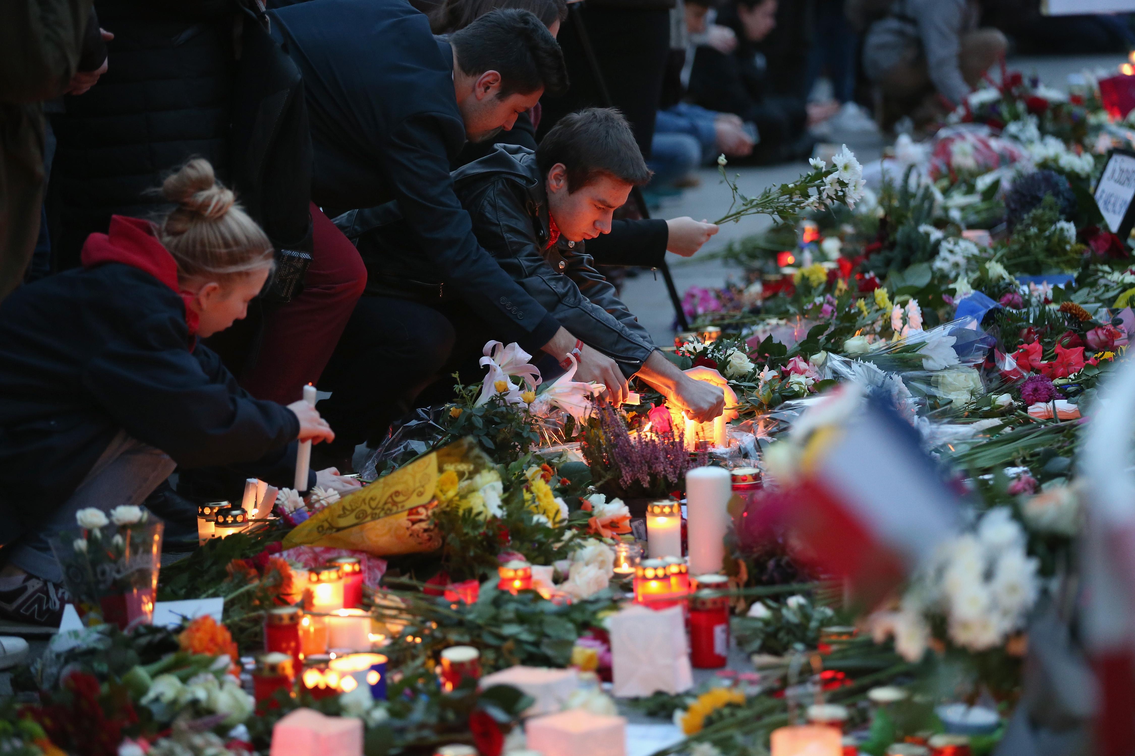 Ľudia nielen v Paríži, ale po celom svete vyjadrujú ľútosť nad obeťami moslimských teroristov. (Foto: Sean Gallup)