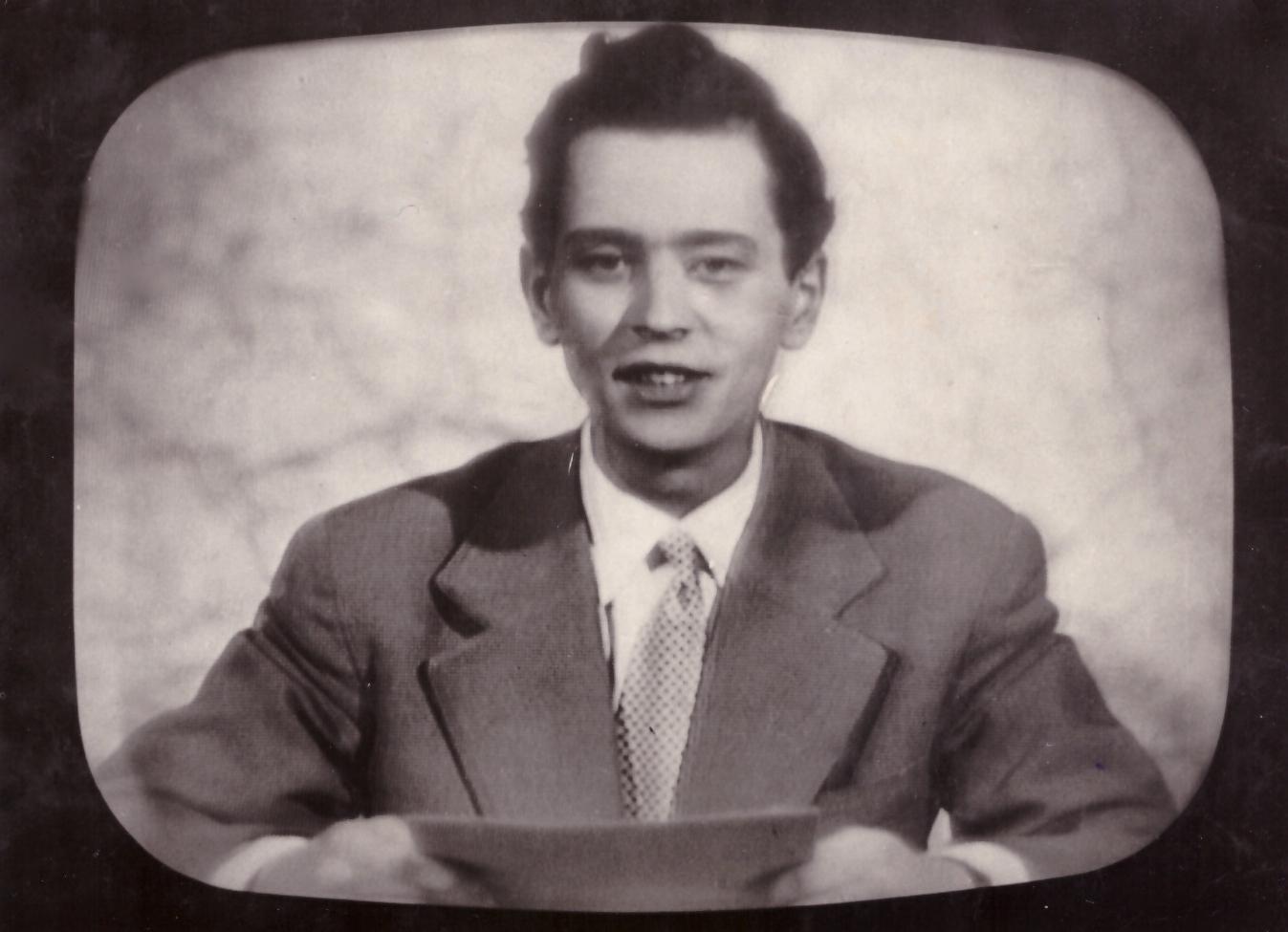 Od hlásenia televíznych správ v päťdesiatych rokoch sa Karol Polák postupne prepracoval k milovanému športu. Snímka je z moderovania Televíznych novín ČST z roku 1958. (Foto: archív)