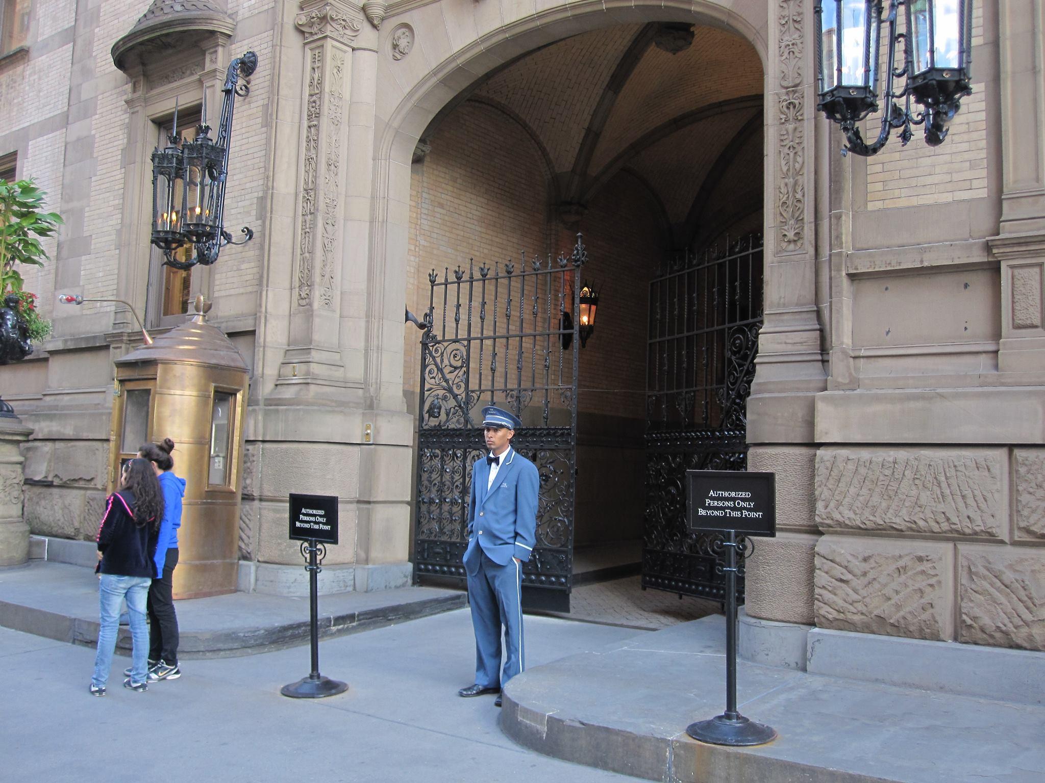 Brána bytového komplexu neďaleko newyorského Central Parku, v ktorej vrah zastrelil Johna Lennona. (Foto: Pavel Kapusta)