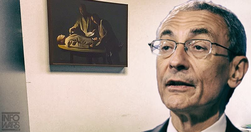 John Podesta poskyol rozhovor vo svojom dome, kde na stene za ním visí kanibalistický obraz dvoch mužov s taniermi a príbormi nad mŕtvolou muža. (Foto: archív)