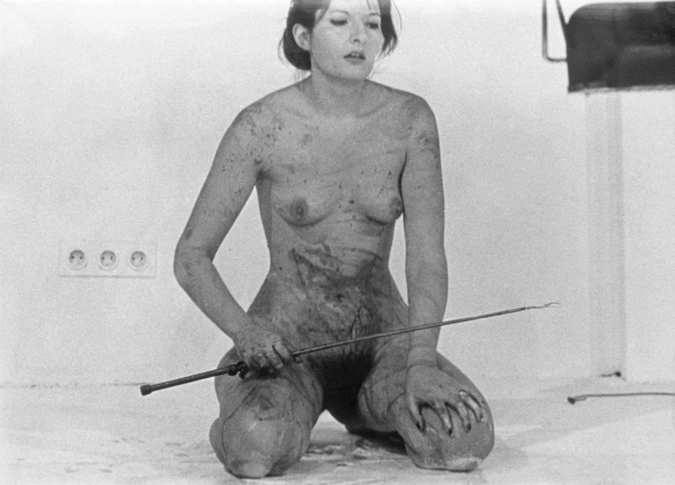 """""""Umelecké"""" zobrazenie s názvom Utrpenie ženy v podaní Mariny Abramovičovej. (Foto: archív)"""