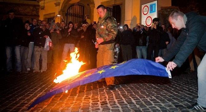 Z videozáznamu pálenia vlajky EÚ. (Reprodukcia: archív)