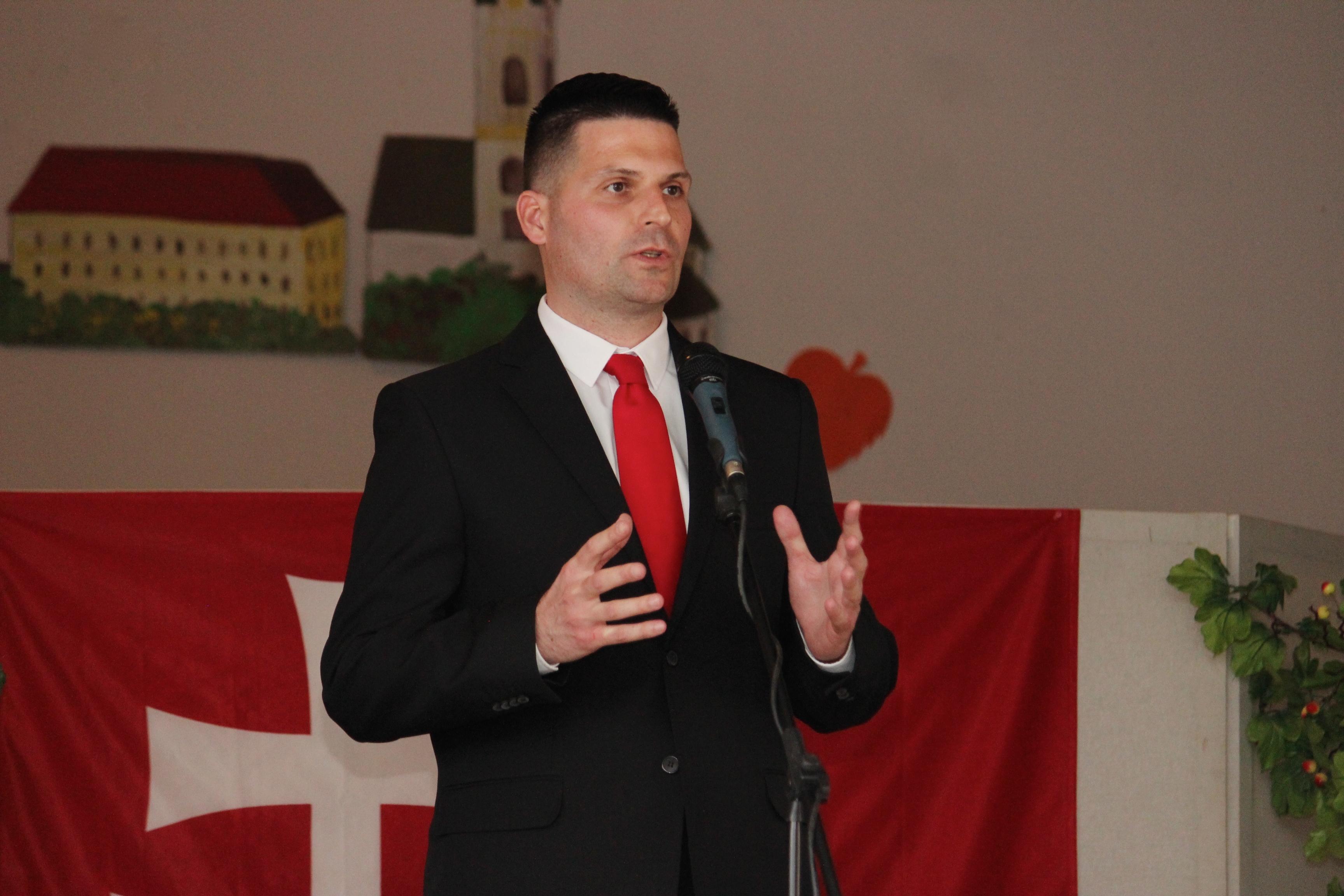 Predseda SHO Róbert Švec počas prejavu na oslavách 78. výročia vzniku prvej SR v kultúrnom dome v Čakajovciach. (Foto: archív)