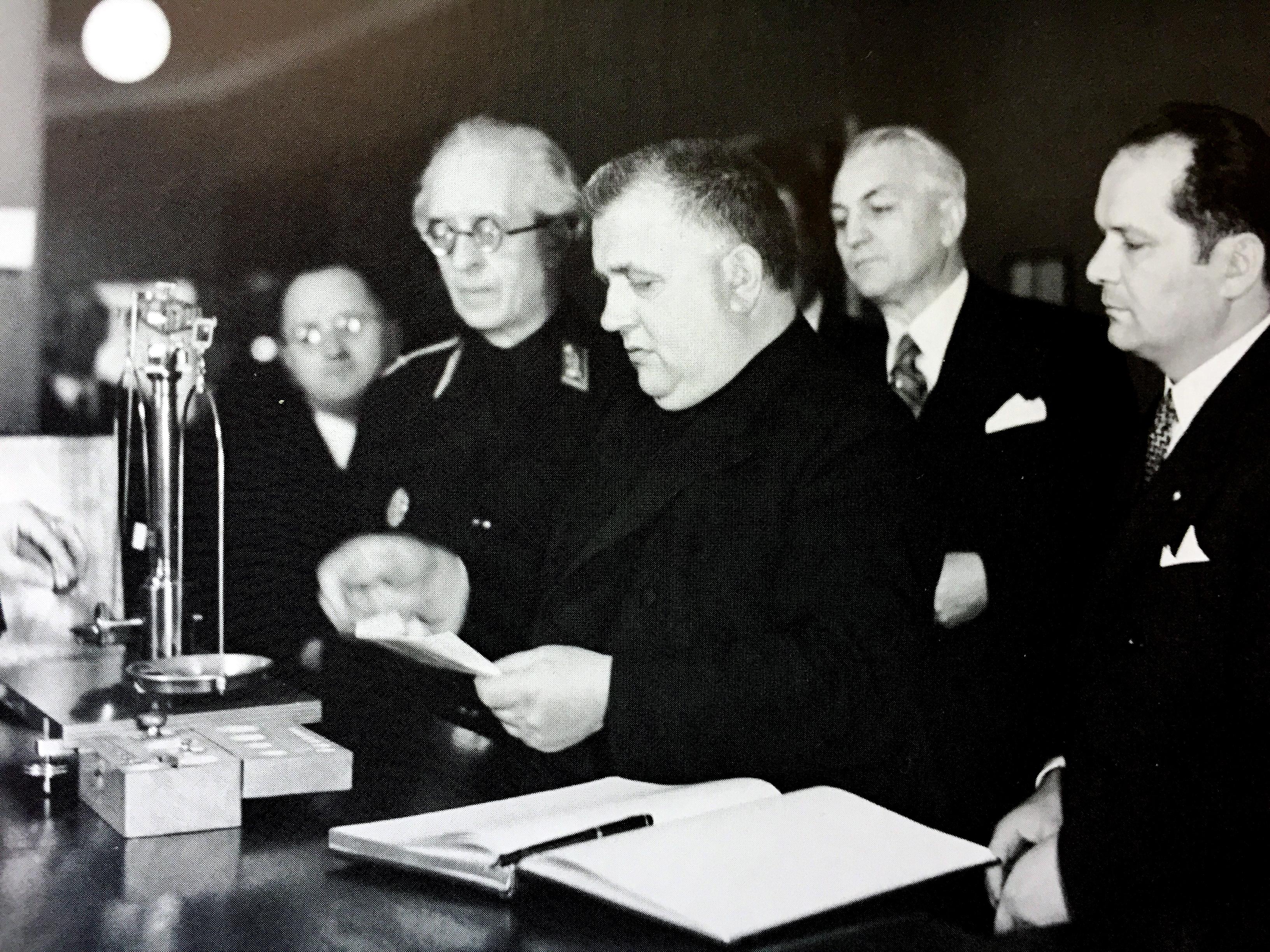 Prezident Jozef Tiso s ďalšími predstaviteľmi štátu prispieva na zlatý poklad Slovenskej republiky. (Foto: archív)