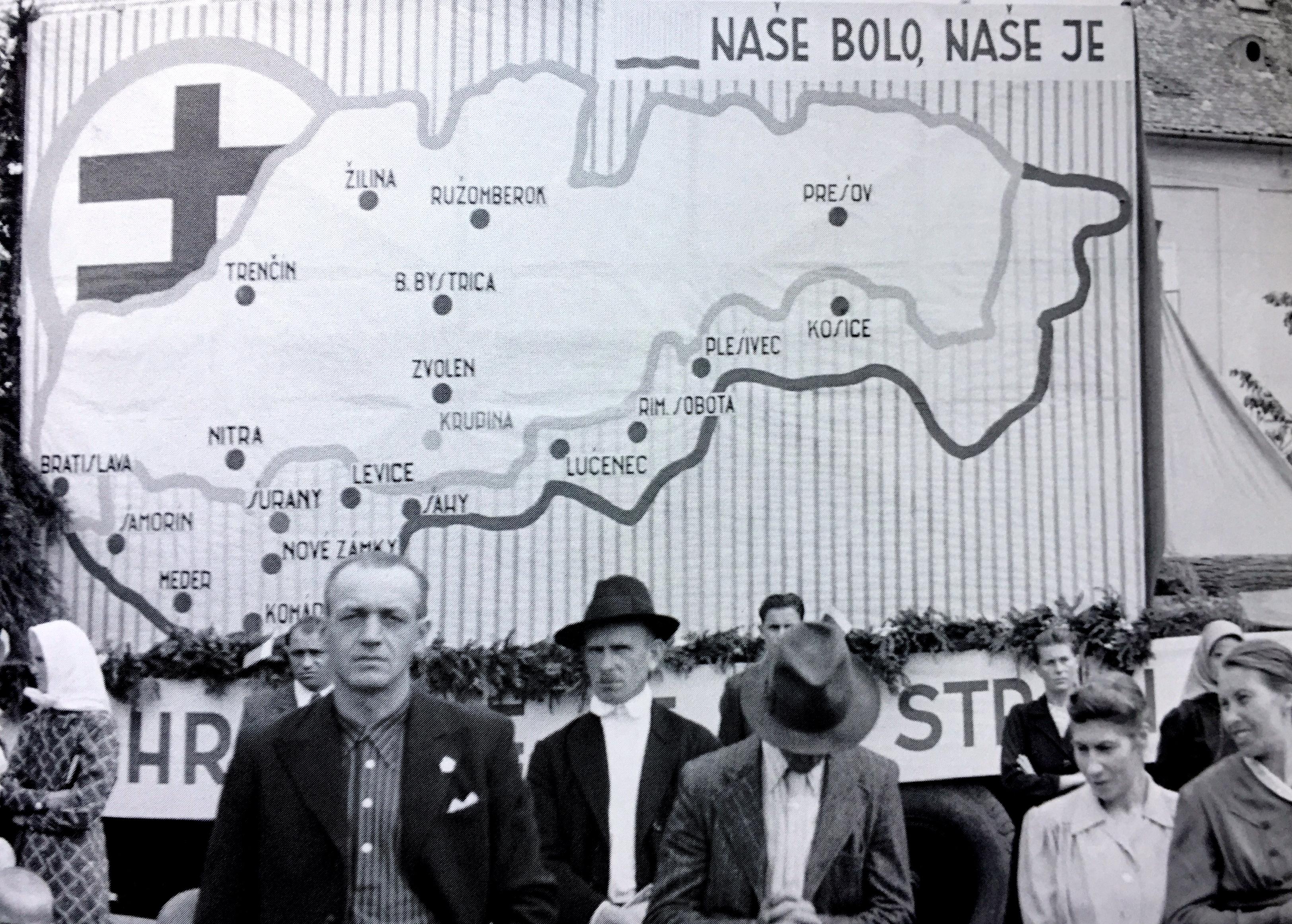 Počas kultúrno-spoločenských akciií sa často verejne manifestovalo za návrat okupovaných južných území. (Foto: archív)