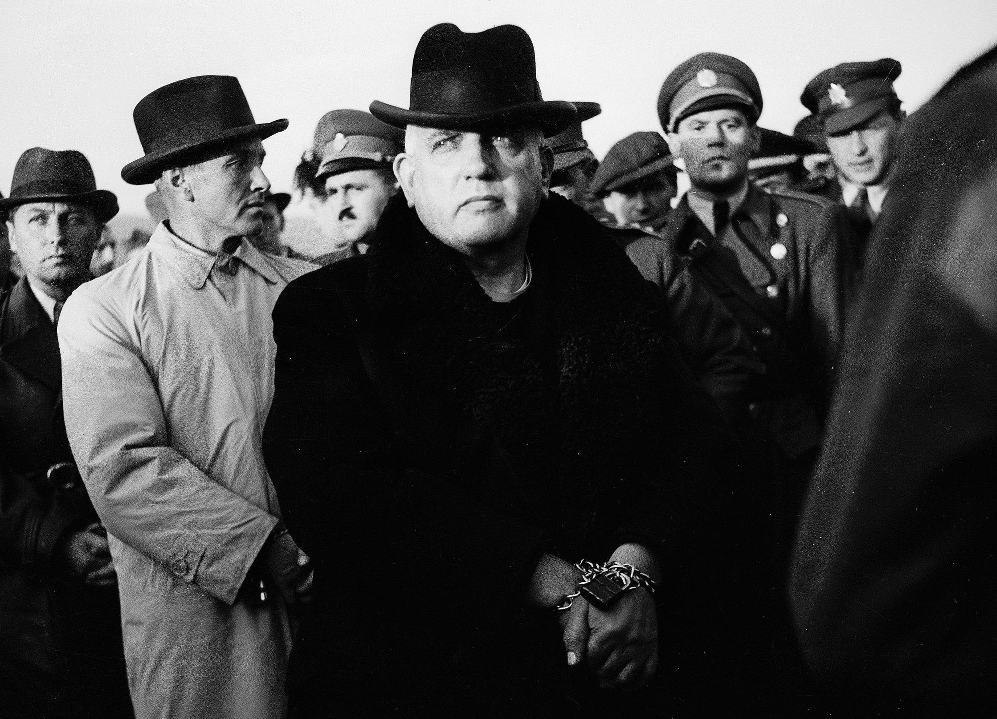 Zatknutý Tiso 29. októbra 1945 na letisku Sliač, pred deportáciou do väzenia. (Foto: archív)