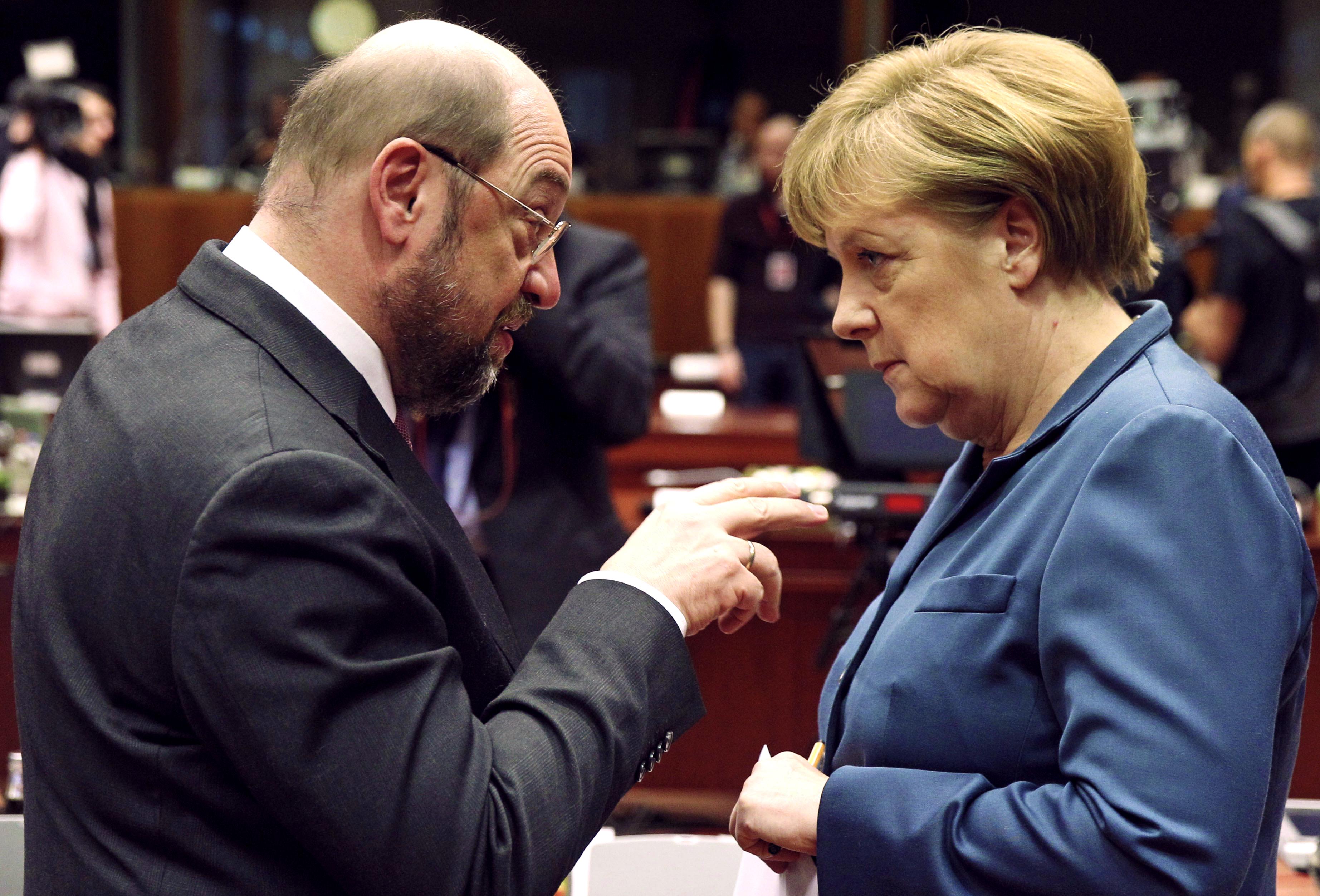 Merkelová a Schulz. Zmena na poste spolkového kancelára by mohla zatriasť aj samotnou euromenou, pretože euro je iba nemeckou markou vytlačenou na európskom papieri. (Foto: archív)