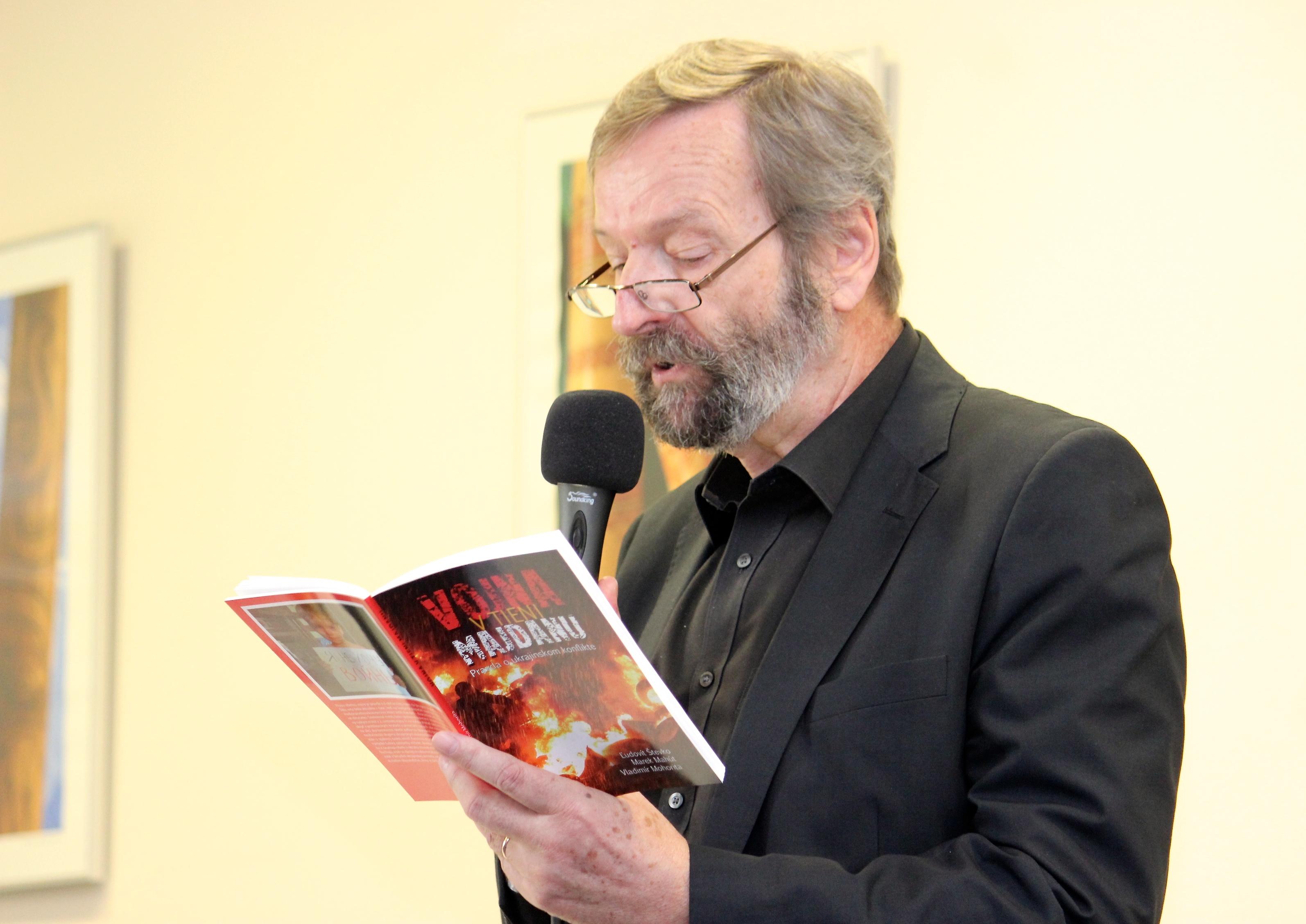 Úryvky z knižky čítal na prezentácii herec Jozef Šimonovič. (Foto: Michaela Kolimárová)