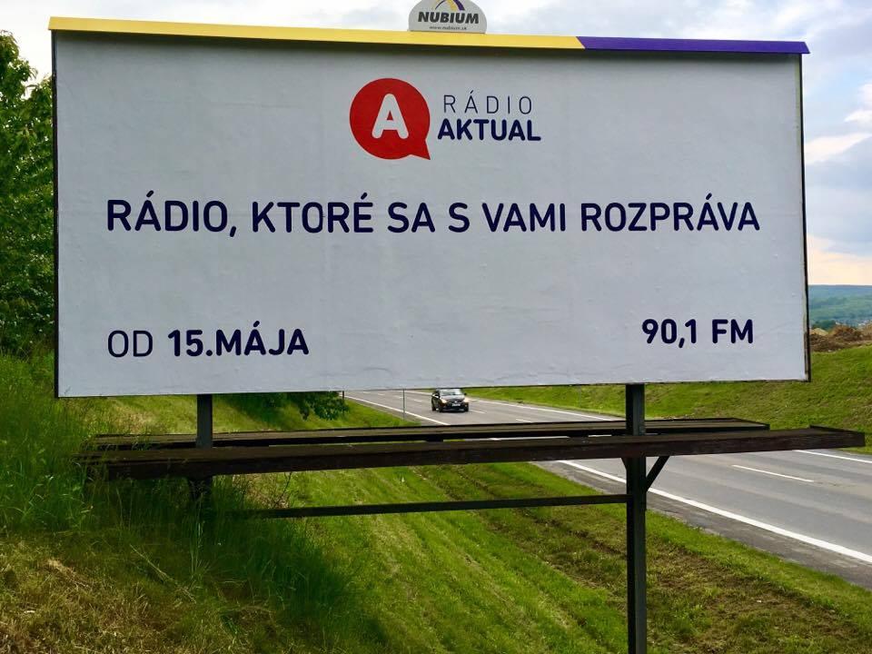 """""""Fakty, správy, komentáre. Rádio, ktoré sa s vami rozpráva."""" To sú slogany novej stanice, ktorej štart podporila aj bilbordová kampaň. (Foto: Michaela Kolimárová)"""
