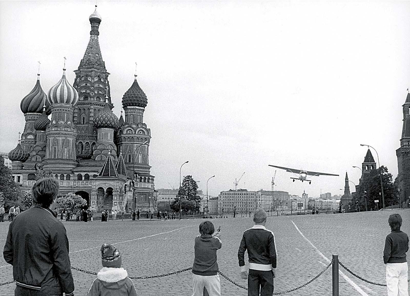 Rustovo ppristátie náhodou zachytil jeden z turistov. (Foto: archív)
