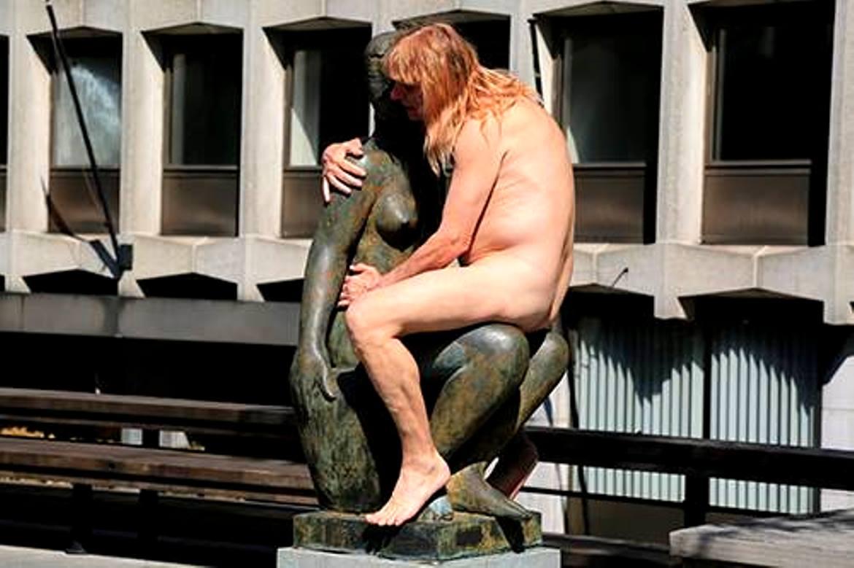 """Asociál Kalamus """"súložiaci"""" so sochou. (Foto: archív)"""