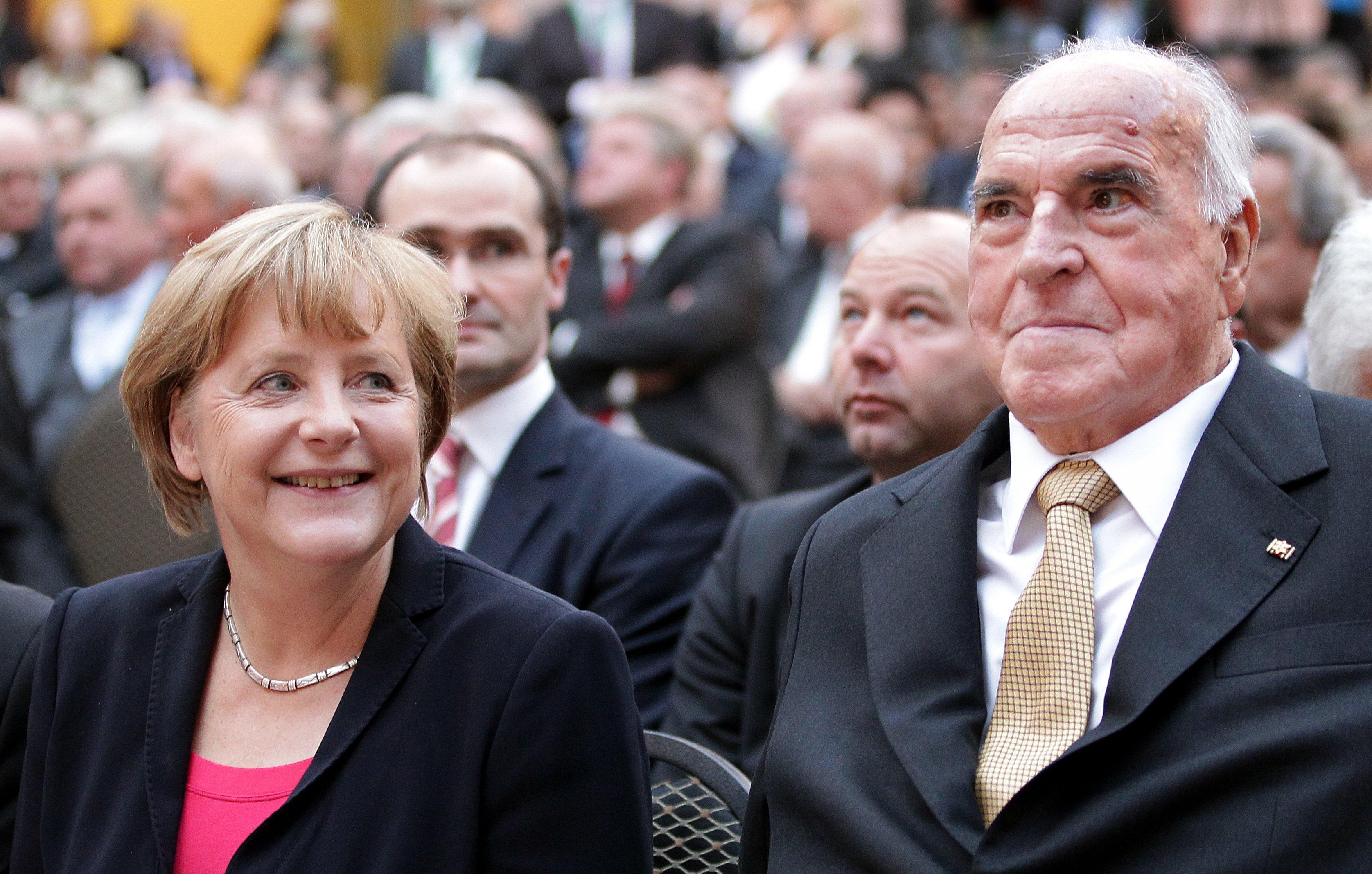 """Kohl stál v rokoch 1973-1998 na čele Kresťanskodemokratickej únie - strany, ktorej v súčasnosti predsedá - podobne ako spolkovej vláde krajiny - Kohlova """"žiačka"""" Angela Merkelová. (Foto: archív)"""