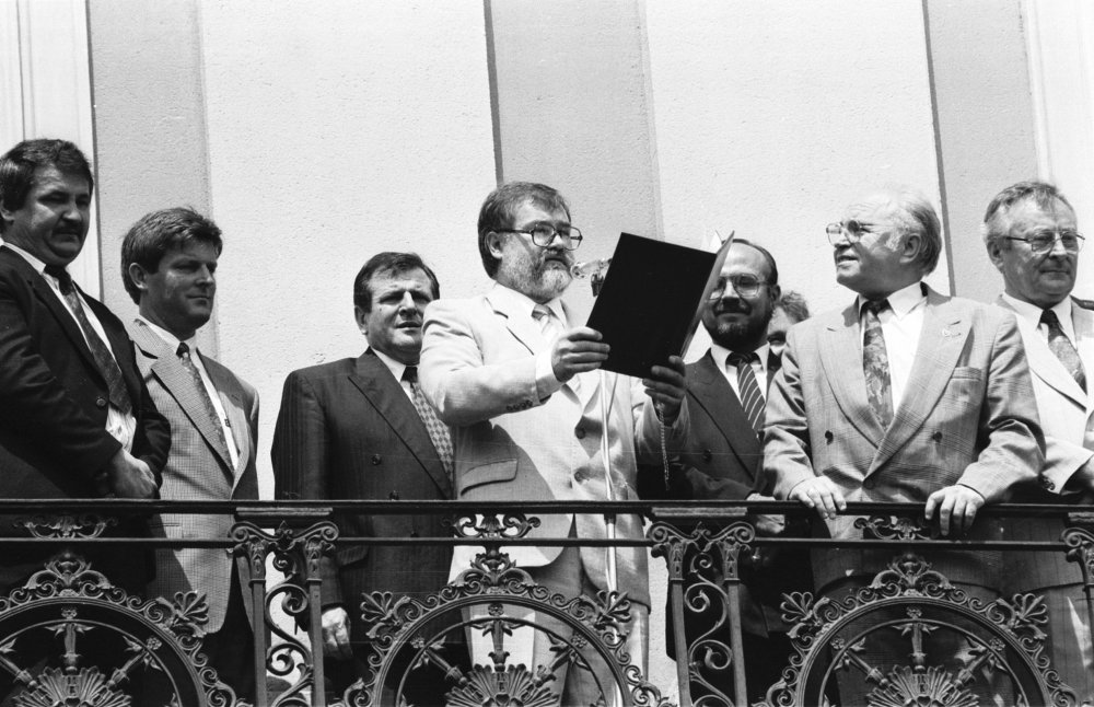 Vyhlásenie zvrchovanosti na balkóne SNR na Župnom námestí v Bratislave. (Foto: archív)