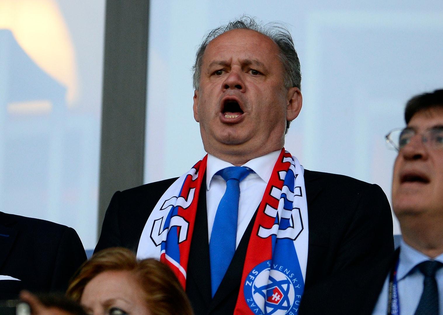 Áno, aj pán prezident sa vie občas nadchnúť pre Slovensko. Ale iba nachvíľu ako športový fanúšik. (Foto: pluska.sk)