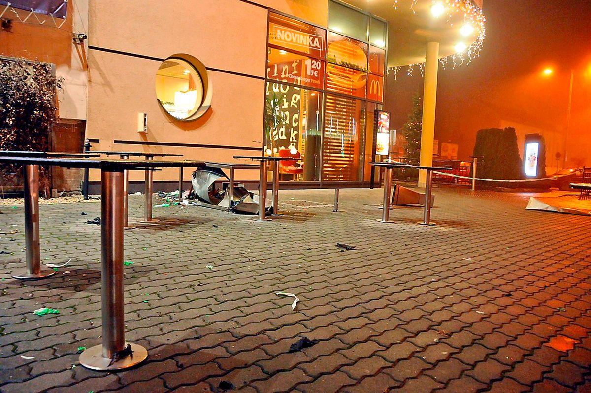 Košický McDonald's po výbuchu bomby v odpadkovom koši. (Foto: archív)