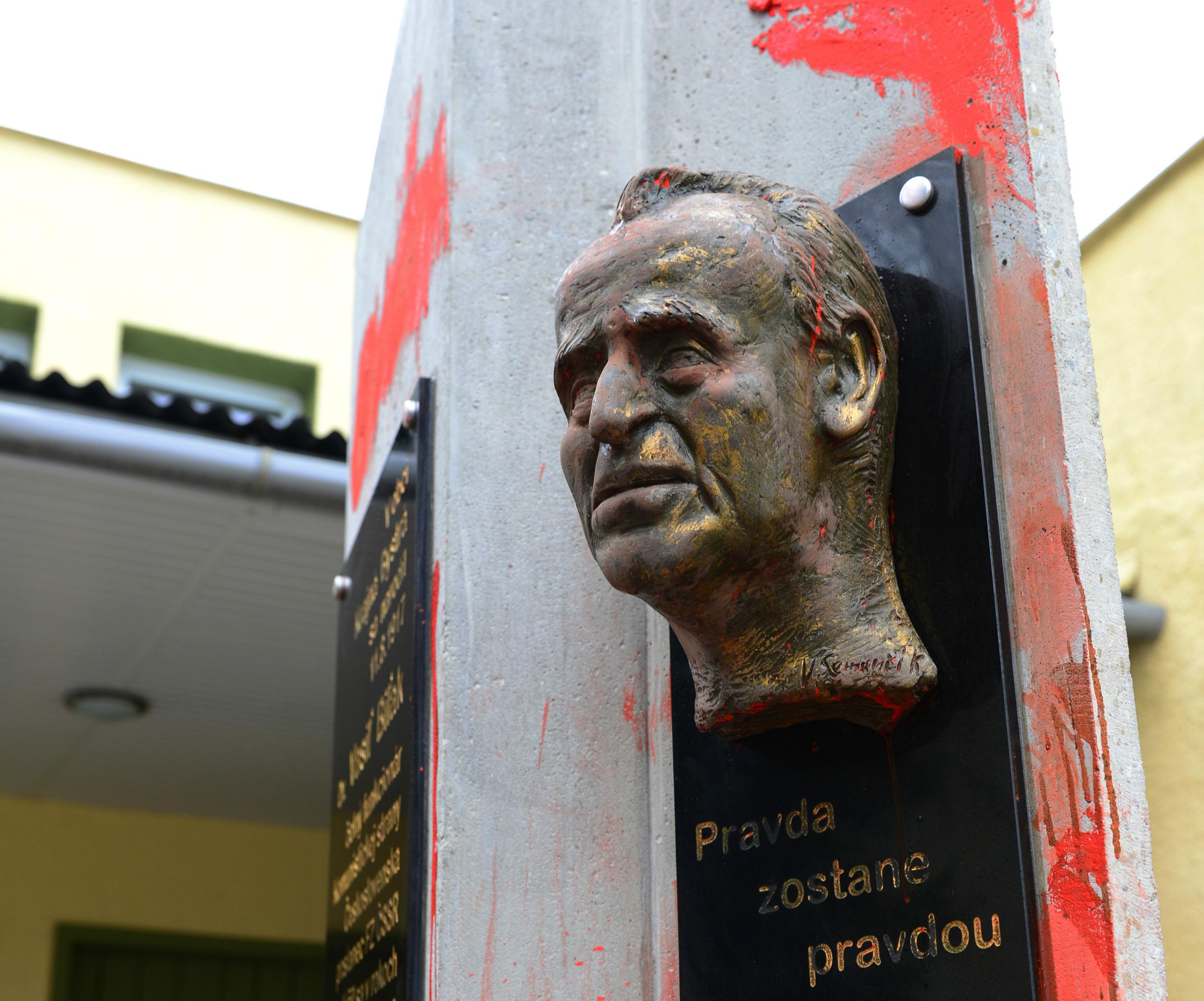 Poškodená busta v Krajnej Bystrej pred jej odcudzením. (Foto: archív)